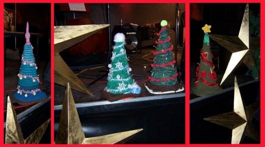 gestrickte Weihnachtsbäume