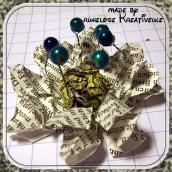 unter die Blütenmitte habe ich 3 Drahtstücke kreuzweise übereinander gelegt, so dass 6 Enden nach oben zeigen. Alles gut trocknen lassen und anschließend Perlen an den Drähten befestigen.